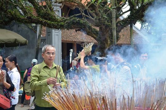 Bác Đỗ Hồng Thu đang kính cẩn dâng hương tưởng nhớ đến tổ tiên của người Việt