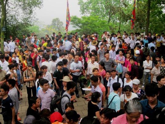 Tại khu vực đền Thượng cũng đông kín người đến thắp hương tỏ lòng thành kính với các vua Hùng