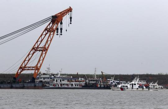 Cáp thép được gắn vào thân tàu và dùng cần cẩu neo lại. Ảnh: Reuters