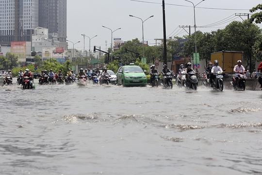 Nước ngập lai láng, khiến các phương tiện giao thông lưu thông lộn xộn.