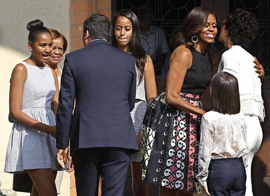 Đệ nhất phu nhân Mỹ Michelle Obama cùng mẹ Marian Robinson và 2 cô con gái Sasha và Malia gặp Thủ tướng Matteo Renzi cùng vợ và con gái của ông hôm 16-6. Ảnh: AP