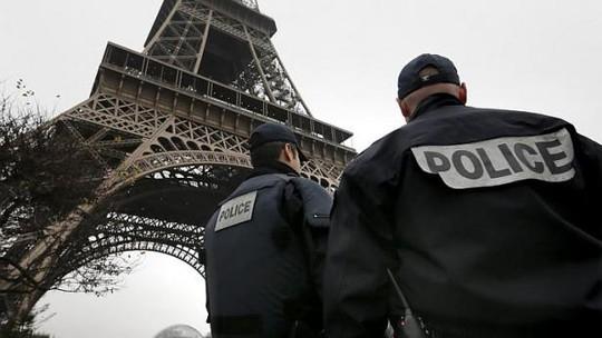 Hơn 3.000 cảnh sát được điều động bảo vệ an ninh ở Paris và truy lùng nghi phạm. Ảnh: Reuters