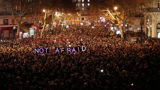 Hàng trăm ngàn người Pháp đổ xuống đường ở Paris đêm 7-2 với lời nhắn nhủ Not afraid (Đừng sợ). Ảnh: AP
