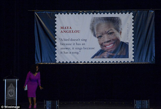Bà hoàng dẫn chương trình Oprah Winfrey dính cúp điện khi đang phát biểu tại nhà hát Warner ở thủ đô Washington. Ảnh: Wirelmage