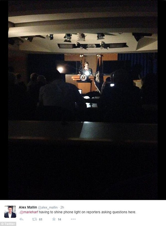 Bà Harf dùng điện thoại chiếu sáng trong phòng họp. Ảnh: Twitter
