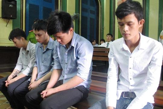 Bị cáo Lê Tấn Phi (thứ 2 từ trái sang) lãnh án 17 năm tù giam