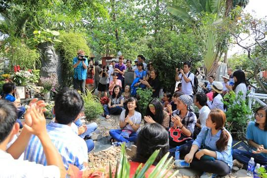 Người dân tập trung về hát bên mộ Trịnh sáng 1-4 tại khuôn viên chùa Quảng Bình (TP HCM)