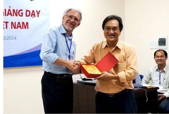 PGS-TS-BS Phạm Lê An (bên phải) trao kỷ niệm chương của Trung tâm Đào tạo bác sĩ gia đình cho đại diện ĐH Ghent (Bỉ) trong một chương trình hợp tác quốc tế