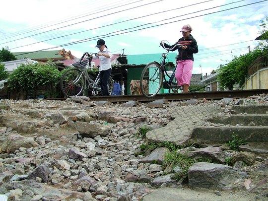 Một trong nhiều tuyến đường ngang dân sinh giao cắt với đường sắt tiềm ẩn tai nạn ở tỉnh Quảng Bình Ảnh: HOÀNG PHÚC
