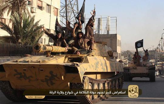 Phiến quân IS có cả xe tăng và tên lửa Ảnh: TELL ME MORE BLOGGER