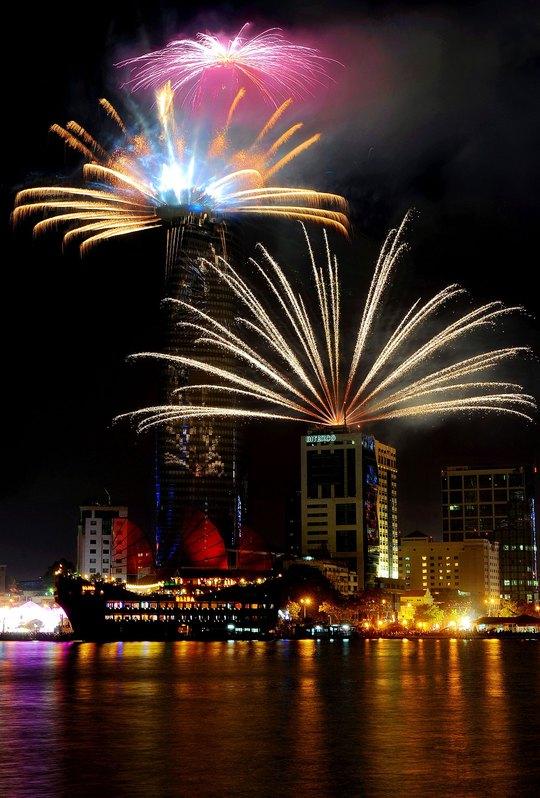 TP HCM lung linh trong đêm hội pháo hoa Ảnh: NGUYỄN Á