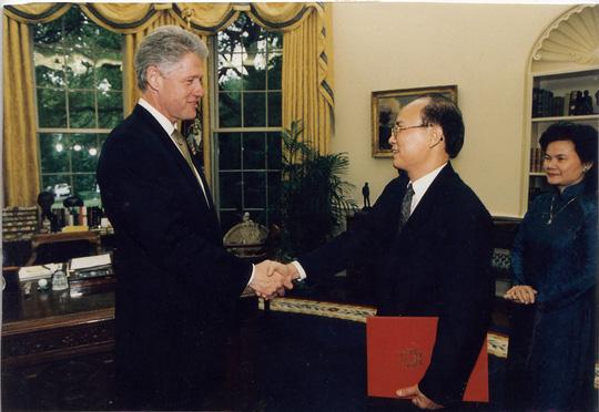 Đại sứ Lê Văn Bàng (giữa) trao Quốc thư đến Tổng thống Mỹ Bill Clinton vào ngày 14-5-1997, chính thức trở thành Đại sứ Việt Nam đầu tiên tại Mỹ. (Ảnh do ông Lê Văn Bàng cung cấp)
