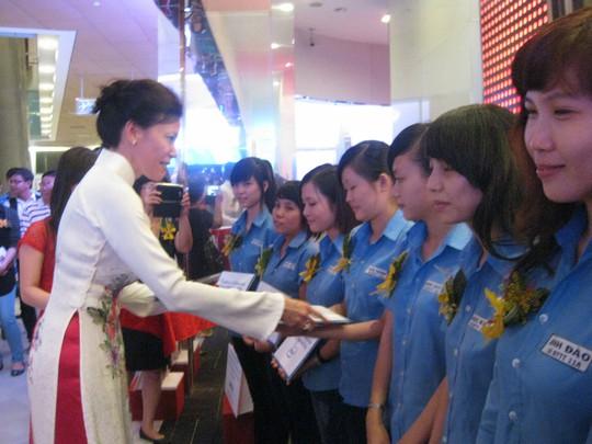 Bà Sherry Boger, Tổng Giám đốc Intel Products Việt Nam, trao học bổng cho sinh viên TP HCM Ảnh: HUỲNH NGA
