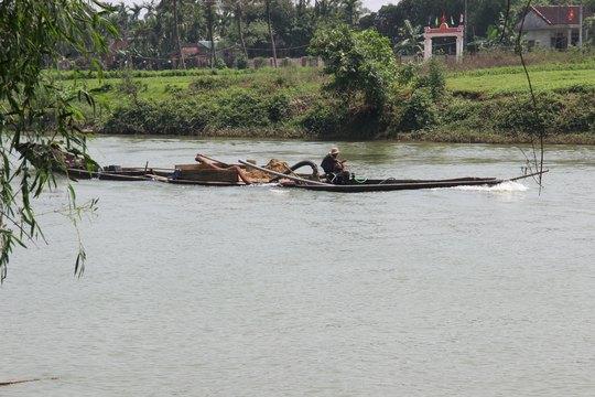 Một thuyền khai thác cát trái phép trên sông Bồ (tỉnh Thừa Thiên - Huế) Ảnh: QUANG TÁM