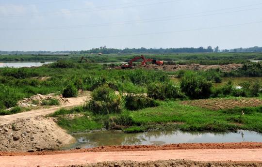 """Xe xúc cát """"chui"""" dưới chân cầu Trà Khúc 2 (tỉnh Quảng Ngãi) Ảnh: TỬ TRỰC"""