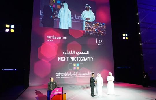 Nhiếp ảnh gia Nguyễn Tân nhận giải thưởng của Ban Tổ chức HIPA tại TP Dubai. (Ảnh do nhiếp ảnh gia cung cấp)