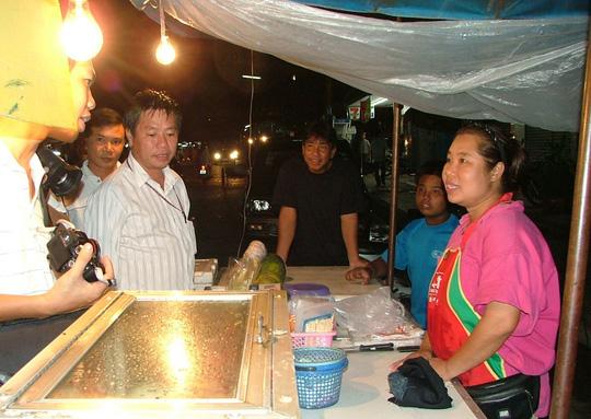 Một gia đình Việt kiều buôn bán ở chợ đêm TP Mukdahan - Thái Lan