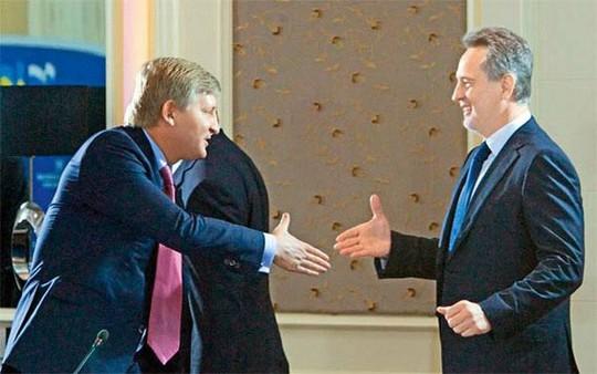 Ông Rinat Akhmetov (trái) và ông Dmytro Firtash đều là những tỉ phú thân cận với cựu tổng thống Viktor Yanukovych Ảnh: KYIV POST