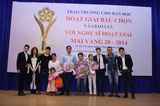 Ca sĩ Noo Phước Thịnh, ca sĩ Đông Nhi, nhóm hát 365 và diễn viên Quách Ngọc Ngoan trao thưởng và tặng hoa cho những bạn đọc trúng giải Ảnh: Hoàng Triều