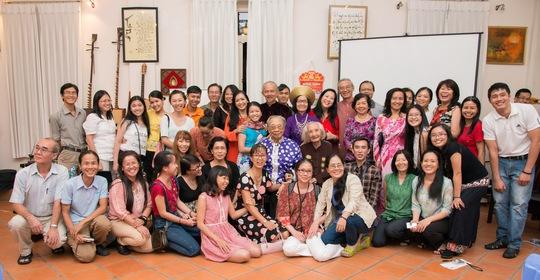 Ban Hướng Việt (Mỹ) và GS-TS Trần Văn Khê trong cuộc hội ngộ tại quê nhà. (Ảnh do nghệ sĩ cung cấp)