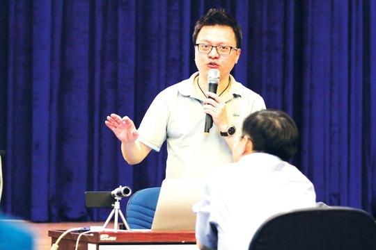 Tác giả bài viết trao đổi nghiệp vụ về làm báo mobile tại Báo Người Lao Động vào cuối tháng 3-2015  Ảnh: HOÀNG TRIỀU