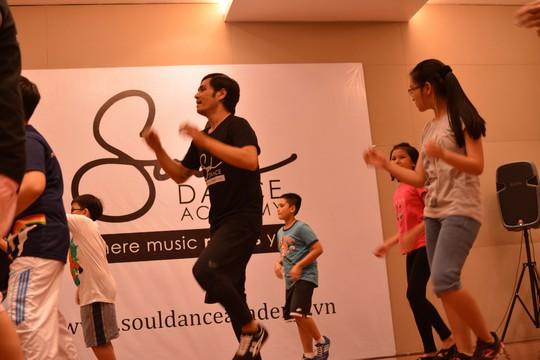 Alexander Tú dạy nhảy cho học viên ở Soul Dance Academy