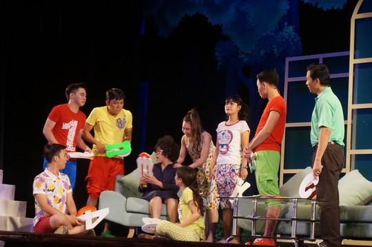 """Cảnh trong vở nhạc kịch """"49 ngày yêu"""" của nhóm xã hội hóa nghệ sĩ Ngọc Trinh phối hợp với Nhà hát Kịch TP HCM dàn dựng đoạt Giải Mai Vàng 2014 của Báo Người Lao Động"""
