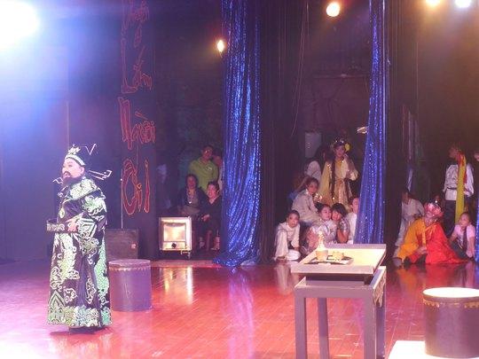 Những diễn viên trẻ ngồi bên cánh gà sân khấu xem nghệ sĩ Ngọc Giàu diễn vai Đổng Trác trong live show của bà tổ chức tại rạp  Công Nhân - một hình ảnh đáng quý của thế giới nghệ sĩ