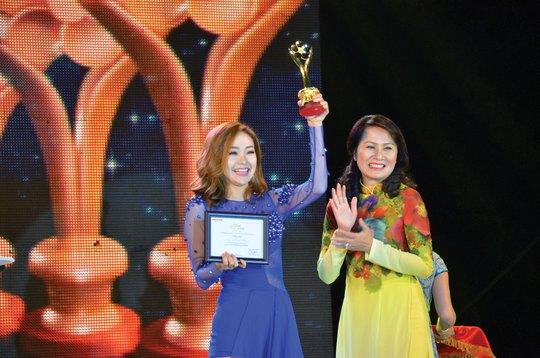 Minh Hằng hạnh phúc nhận tượng Giải Mai Vàng trong chương trình Gala Mai Vàng 20 năm chào Xuân vào tối 6-2 Ảnh: TẤN THẠNH