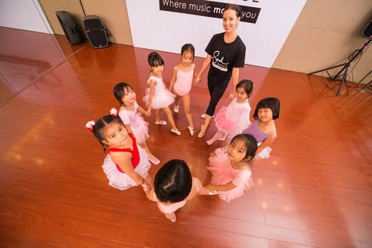 """Cô Natasha và các học viên """"nhí"""" ở Soul Dance Academy"""