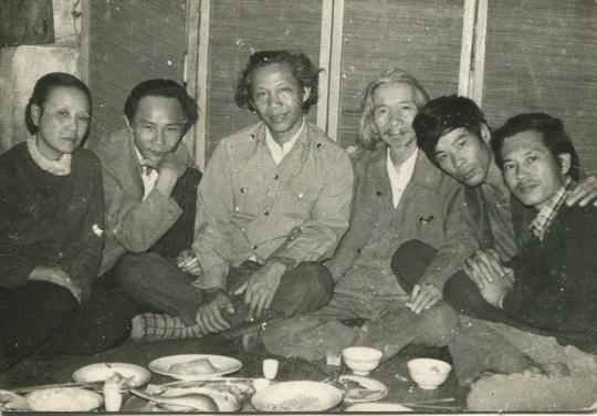 Từ trái sang phải: Bà Văn Cao - Nhà phê bình Ngô Thảo - Nhà thơ Thu Bồn - Văn Cao - Nguyễn Thụy Kha - Nhạc sĩ Nghiêm Bá Hồng - trên căn gác 60 Hàng Bông Ảnh: Hà Tường