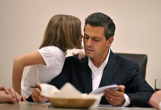 Tổng thống Nieto cùng con gái lớn trong phòng làm việc