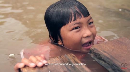 """""""Con muốn được sống trên bờ và được đi học"""". (Ảnh từ clip """"Thì sông cứ chảy"""")"""