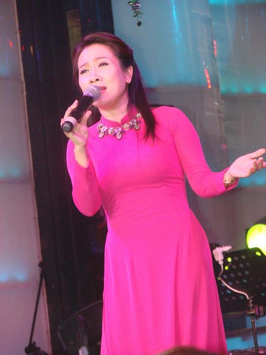 Ca sĩ Vân Khánh trình diễn trong chương trình gây quỹ cho trẻ em mắc bệnh hiểm nghèo ở Quảng Trị tại phòng trà Nam Quang (TP HCM) vào tối 7-2 Ảnh: Minh Nga