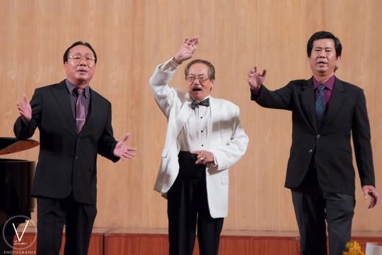 NSƯT Quốc Trụ (giữa) biểu diễn cùng học trò trong đêm nhạc Ảnh: V-TEAM PHOTOGRAPHY