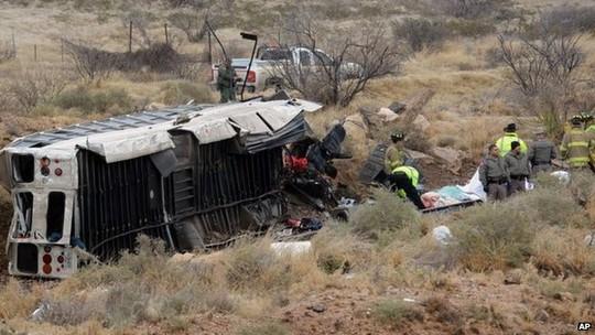 Xe buýt chở tù nhân ở bang Texas-Mỹ trượt khỏi cầu vượt cao tốc. Ảnh: AP