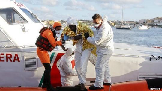 Những người di cư bằng đường biển luôn phải đối mặt nguy cơ chìm thuyền. Ảnh: Reuters