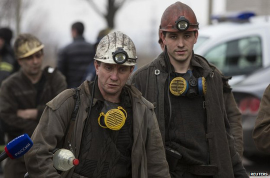 Một số thợ mỏ khác đến giúp tìm kiếm nạn nhân. Ảnh: Reuters.