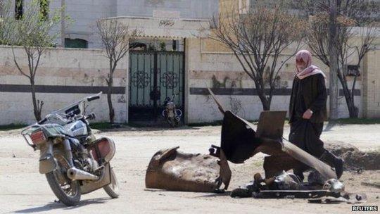 Thùng bom chứa khí clo trong vụ tấn công làng Sarmin. Ảnh: Reuters