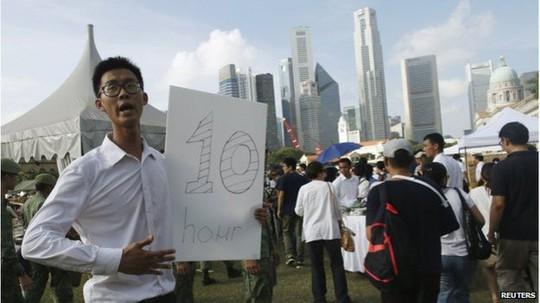 Nhiều người xếp hàng hơn 10 tiếng để chờ vào viếng ông Lý Quang Diệu