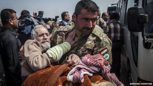 Những tù nhân lớn tuổi được đưa đi điều trị. Ảnh: Kermanj Hoshyar