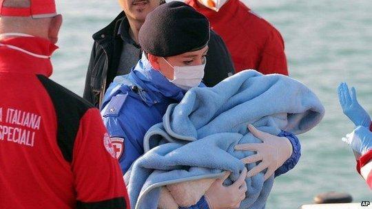 Một em bé sơ sinh trên chiếc tàu gặp nạn được giải cứu. Ảnh: AP