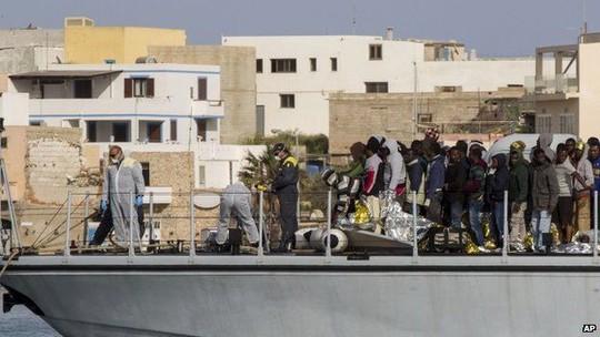 Một số người tị nạn đã đến đảo Lampedusa, Ý. Ảnh: AP
