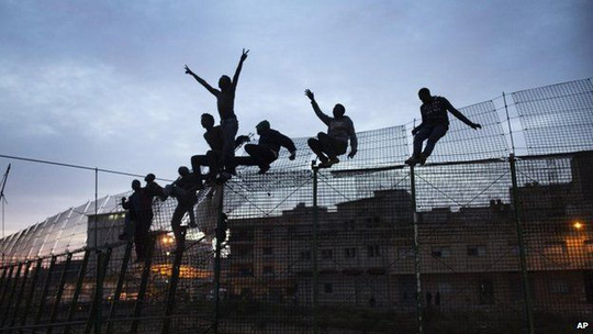 Hàng nghìn người trèo hàng rào nhập cư trái phép sáng vào 2 thành phố Ceuta và Melilla hằng năm.