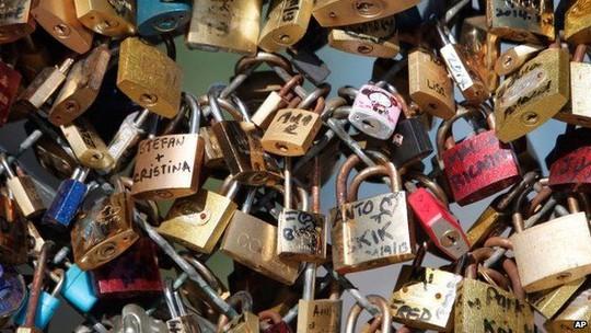 """Pháp khai tử gần 1 triệu """"khóa tình yêu"""" vì lý do an ninh"""