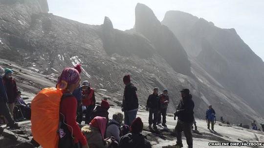 Một phụ nữ bị kẹt lại trên núi đăng tải hình ảnh nhóm leo núi của cô lên Facebook cá nhân.