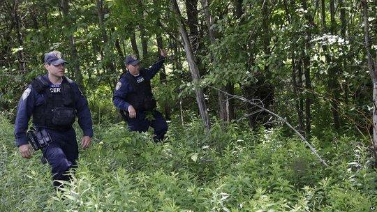 Cảnh sát đang tiếp tục truy lùng David Sweat. Ảnh: BBC