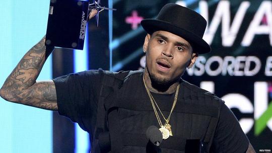 Ca sĩ Chris Brown bị cấm rời khỏi Philippines