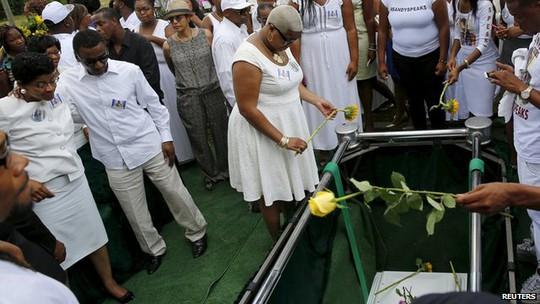 Nhiều người đến dự tang lễ Sandra Bland. Ảnh: Reuters