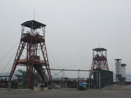 Giếng đứng chính (phải) và giếng đứng phụ tại Công ty Than Núi Béo